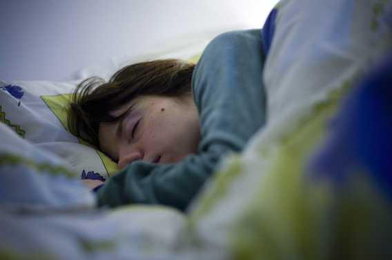 Surpoids : dormir moins de 7 heures pousse au grignotage