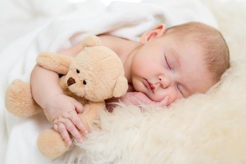 Coucher les bébés tôt réduit le risque d'obésité