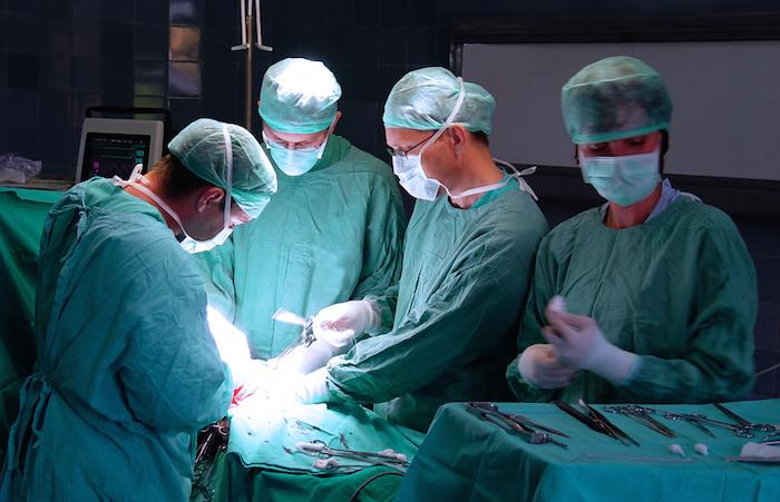 Des médecins réussissent une opération sur un bébé avec huit bras et jambes