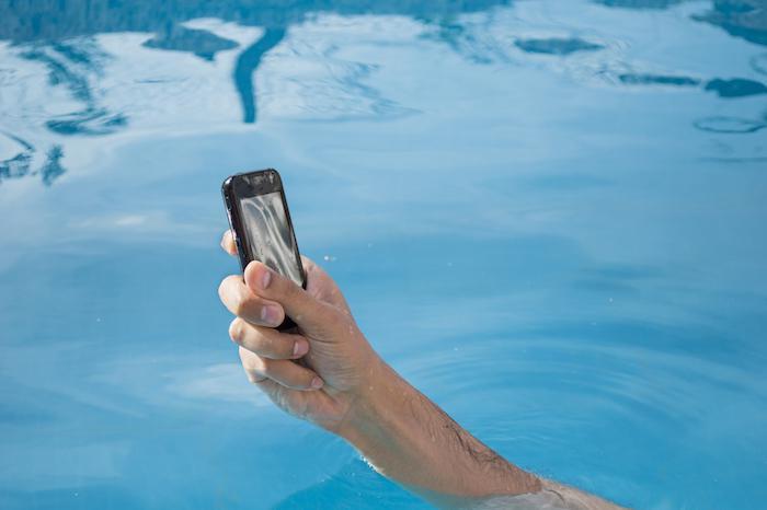 Iphone : un homme meurt électrocuté dans son bain