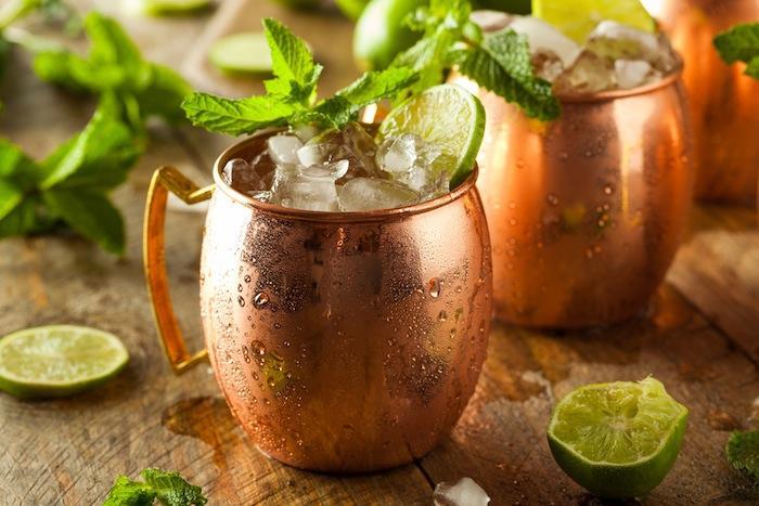 Moscow Mule : servi dans des chopes en cuivre, le cocktail est toxique