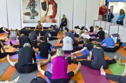Ménopause : le yoga améliorerait les...