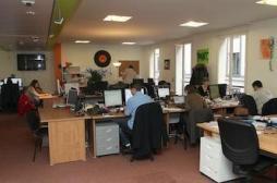 Sédentarité au travail : rester assis et remuer les jambes est bon pour la santé