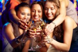Alcool : les femmes en consomment...
