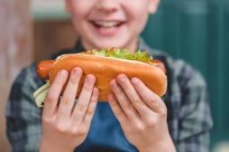 Un enfant frôle la mort en mangeant un hot-dog