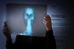 Une caméra permet de voir à travers le corps humain