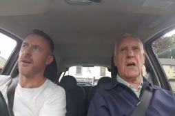 Alzheimer : un homme oublie sa maladie en chantant