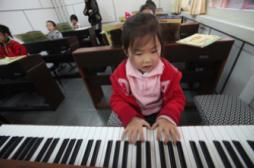 Jouer d'un instrument fait travailler...