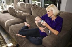 Co-dodo : les dangers d'une sieste sur le canapé avec son bébé
