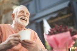 Dépression des personnes âgées : les gros buveurs de thé présenteraient moins de risques