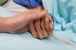 Fin de vie : que pourrait changer la proposition de loi sur l'euthanasie active?