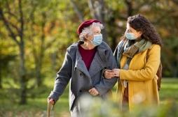 Covid-19 : comment expliquer la baisse des hospitalisations des patients de plus de 75 ans ?