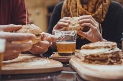 Cirrhose du foie : il est plus dangereux de boire de l'alcool aux apéros que pendant les repas