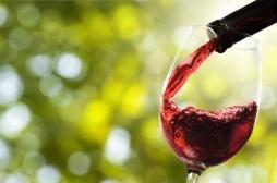 Vin rouge, vin blanc, cocktails... : quels sont les alcools les plus nocifs pour la peau ?