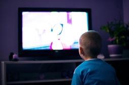 Trop regarder la télévision dans l'enfance impacte la santé à l'adolescence
