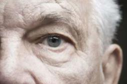 DMLA : un octogénaire recouvre la vue grâce à un oeil bionique