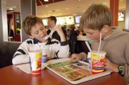 Fast food : des scientifiques appellent à limiter les calories des