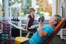 Seniors : soulever des poids pour...