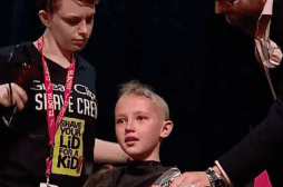 Cancer : une petite fille de 9 ans se rase la tête pour soutenir son frère