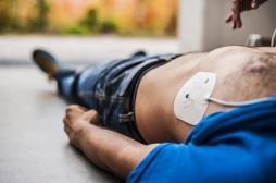 La présence de défibrillateurs dans les lieux publics améliore le taux de survie des victimes d'arrêt cardiaque