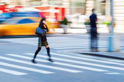 Smartphone à la main : une campagne pour alerter les piétons
