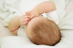 À l'hôpital, des bénévoles prêtent leurs bras pour réconforter les bébés malades