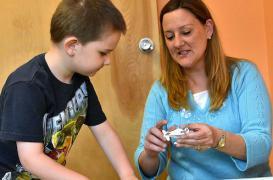 Autisme : les soins précoces des parents réduisent les symptômes