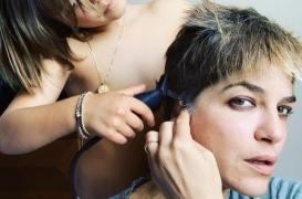 Sclérose en plaques : l'actrice Selma Blair se rase le crâne avec l'aide de son fils