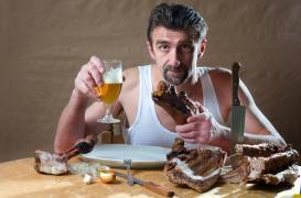 Les repas entre amis incitent les hommes à trop manger