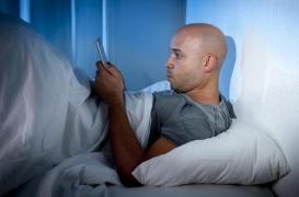 Troubles du sommeil : les verres teintés, la solution pour les accros à leur portable ?
