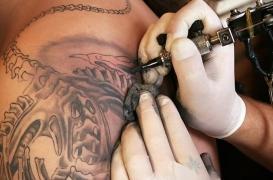 Se faire tatouer par un vrai professionnel.