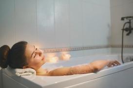 Sommeil : un bain chaud 1h30 avant d'aller au lit permettrait de mieux dormir