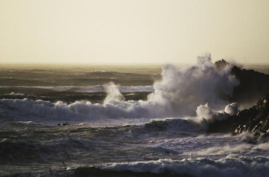 Des bidons d'acide échoués sur la côte du Finistère