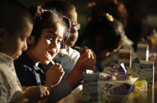 Les enfants qui mangent avec les mains seraient plus turbulents