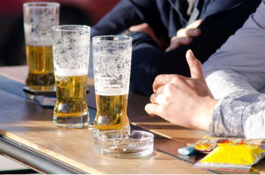 Amsterdam : des alcooliques nettoient les rues pour de la bière