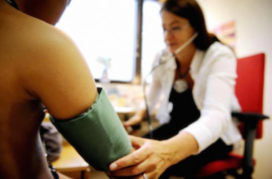 Les médecins font monter la tension de leurs patients