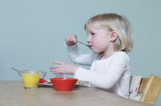 Un grand bol incite l'enfant à manger plus