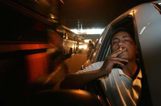 Deux députés médecins proposent d'interdire la cigarette au volant