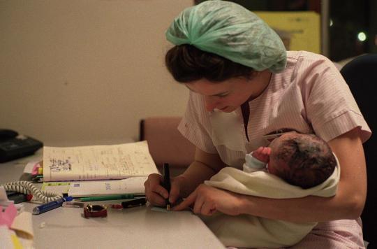 Les sages-femmes plébiscitées pour le suivi de grossesse