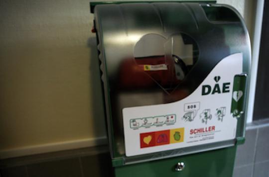 Arrêts cardiaques : les défibrillateurs automatiques doublent la survie