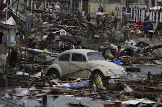 Philippines : l'aide humanitaire se met en place avec difficulté