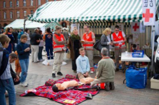 Apprendre le massage cardiaque pourrait sauver 100 000 vies par an