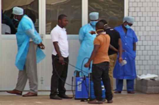 Ebola : les médecins se battent contre la méfiance de la population