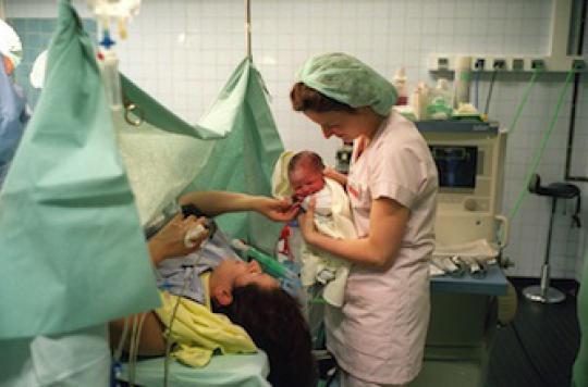 Accouchement de jumeaux : la césarienne ne réduit pas les complications