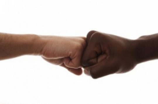 """Hygiène : un """"Fist Bump"""" vaut mieux qu'une poignée de mains"""