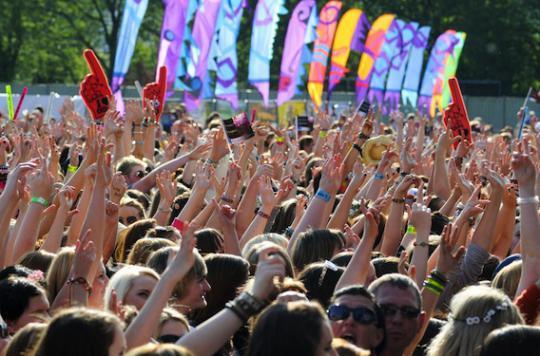 Les bracelets des festivals peuvent être des nids à bactéries