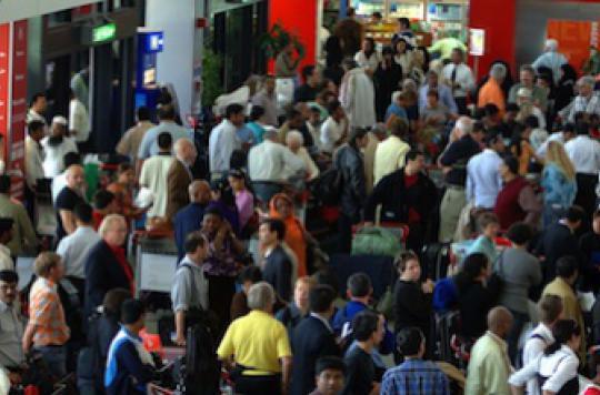 Ebola : la France envisage d'instaurer des contrôles dans ses aéroports