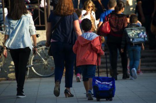 Les parents prennent des risques sur le chemin de l'école