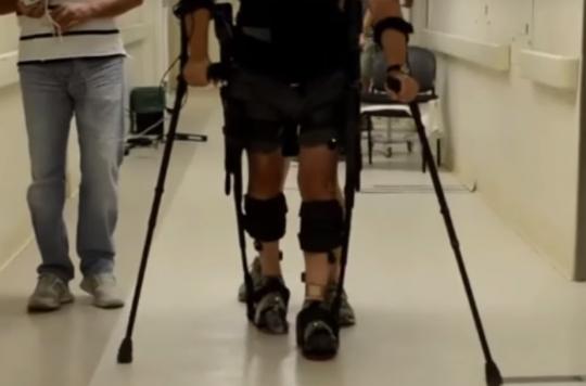 Un paraplégique remarche avec à un exosquelette