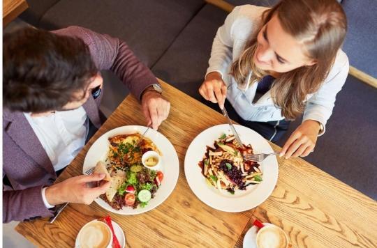 Alimentation : accompagnés par une femme, les hommes mangent davantage